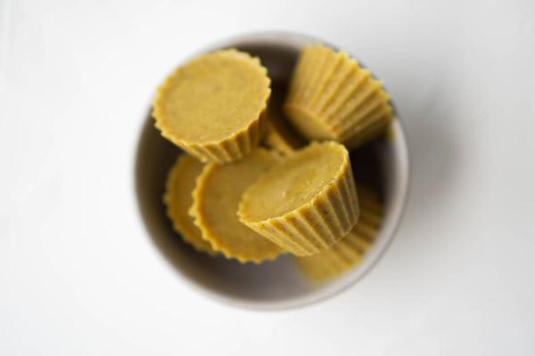 Recept: Priboljški s kurkumo in arašidovim maslom
